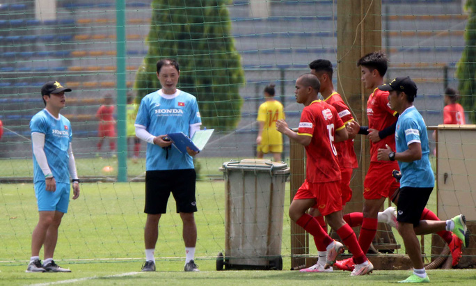 """Bảo vệ ngôi vương SEA Games, U22 Việt Nam đội nắng nóng """"luyện công"""" - Ảnh 5."""