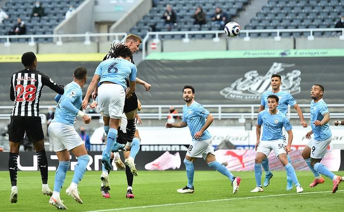 Rượt đuổi 7 bàn tại St.James's Park, sao trẻ Man City lập hat-trick mừng tân vương - Ảnh 2.
