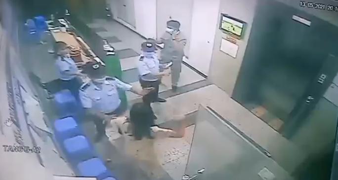 Người phụ nữ không đeo khẩu trang, ẩu đả với bảo vệ, bị lập biên bản xử phạt - Ảnh 3.