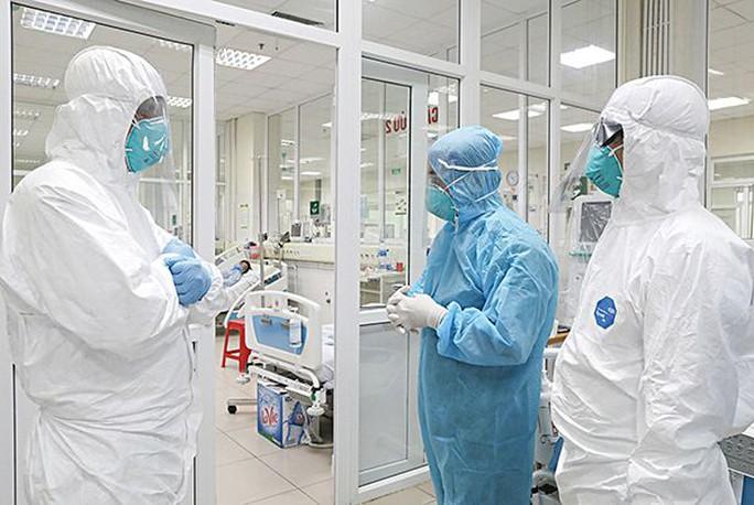 Clip: Nửa đêm cấp cứu bệnh nhân Covid-19 nặng tại Bệnh viện Bệnh Nhiệt đới Trung ương - Ảnh 4.