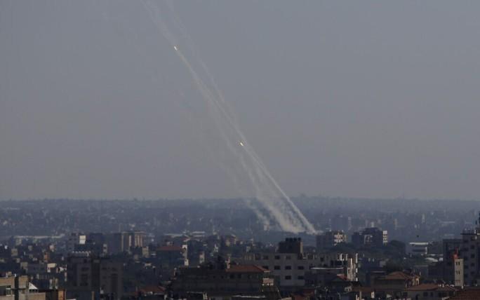 Hamas phóng rốc-két trả thù vụ Israel không kích chết gia đình 10 người Palestine - Ảnh 2.