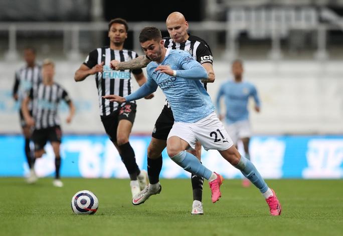 Rượt đuổi 7 bàn tại St.James's Park, sao trẻ Man City lập hat-trick mừng tân vương - Ảnh 6.