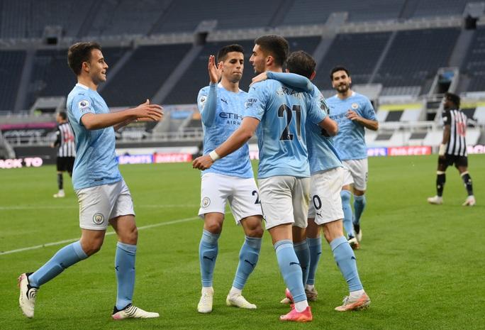 Rượt đuổi 7 bàn tại St.James's Park, sao trẻ Man City lập hat-trick mừng tân vương - Ảnh 8.