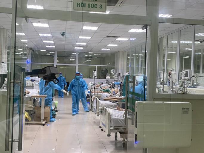 Clip: Nửa đêm cấp cứu bệnh nhân Covid-19 nặng tại Bệnh viện Bệnh Nhiệt đới Trung ương - Ảnh 3.