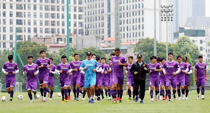 CLIP: Văn Hậu trở lại tập luyện cùng các đồng đội, Xuân Trường vẫn tập riêng - Ảnh 3.