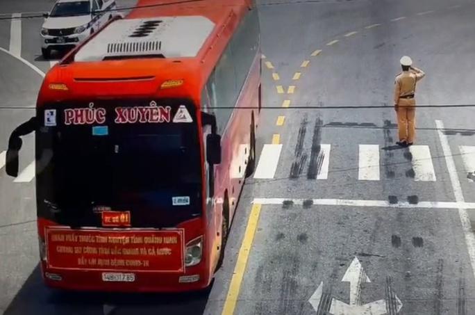 Xúc động hình ảnh CSGT Bắc Giang đứng nghiêm chào đoàn chi viện chống dịch Covid-19 - Ảnh 1.