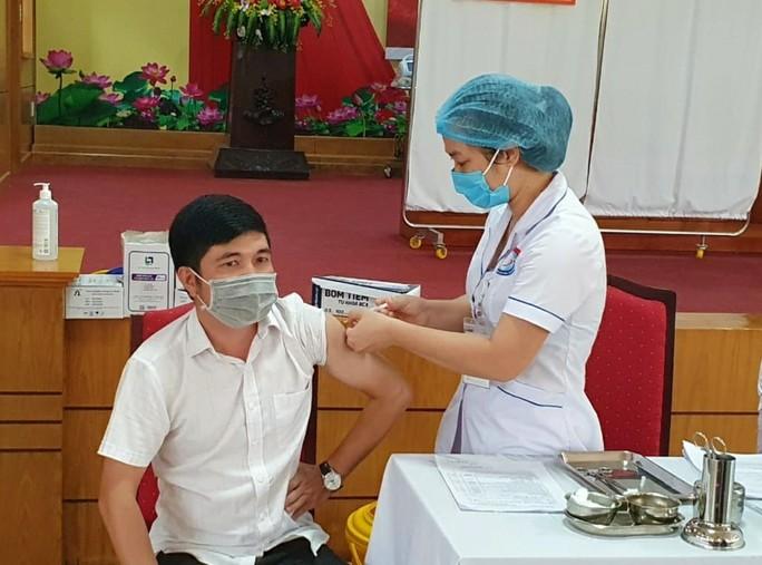 Gần 10.000 người ở Quảng Bình được tiêm vắc-xin Covid-19 - Ảnh 1.