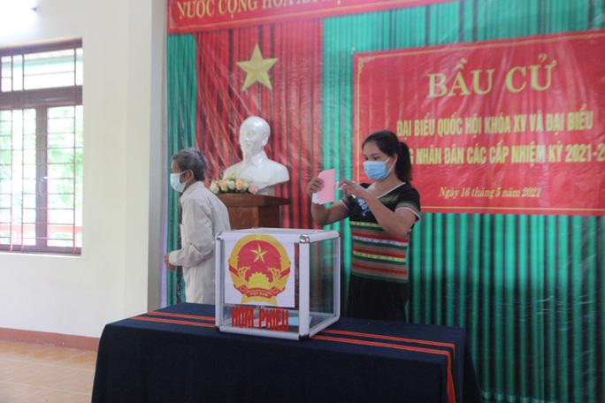 Cử tri vùng biên giới Quảng Nam hân hoan đi bầu cử sớm - Ảnh 10.