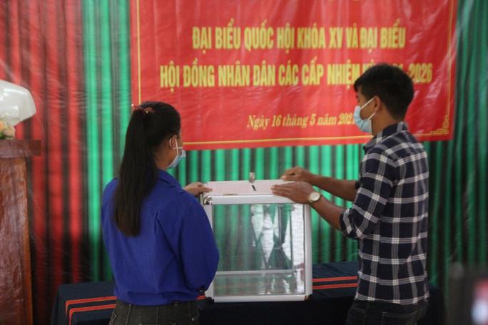 Cử tri vùng biên giới Quảng Nam hân hoan đi bầu cử sớm - Ảnh 7.