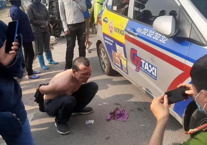 Táo tợn tấn công tài xế, cướp taxi giữa ban ngày - Ảnh 2.