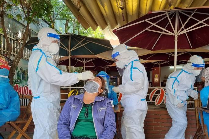 Người bán cơm gà ở Đà Nẵng dương tính SARS-CoV-2 qua xét nghiệm ngẫu nhiên - Ảnh 1.