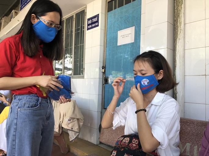 Báo Người Lao Động tặng cờ Tổ quốc, khẩu trang, nước rửa tay phòng dịch Covid-19 tại quận 12 - Ảnh 8.