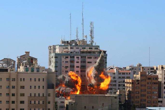 Một giờ tháo chạy trước khi Israel đánh sập tòa nhà truyền thông ở Gaza - Ảnh 2.