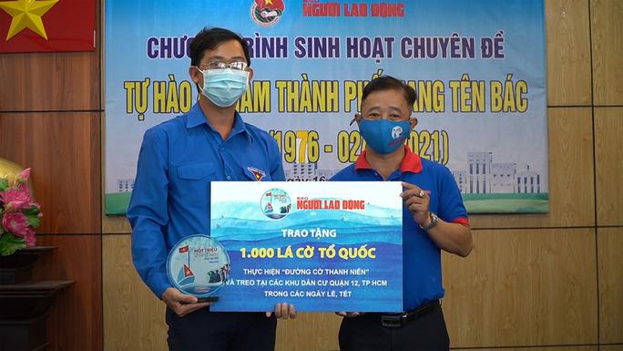 Báo Người Lao Động tặng cờ Tổ quốc, khẩu trang, nước rửa tay phòng dịch Covid-19 tại quận 12 - Ảnh 3.