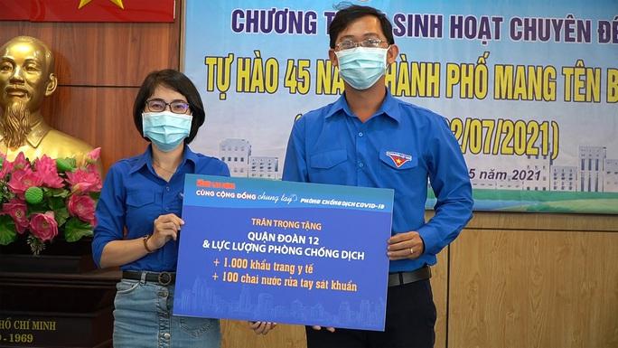 Báo Người Lao Động tặng cờ Tổ quốc, khẩu trang, nước rửa tay phòng dịch Covid-19 tại quận 12 - Ảnh 4.