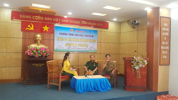 Báo Người Lao Động tặng cờ Tổ quốc, khẩu trang, nước rửa tay phòng dịch Covid-19 tại quận 12 - Ảnh 1.