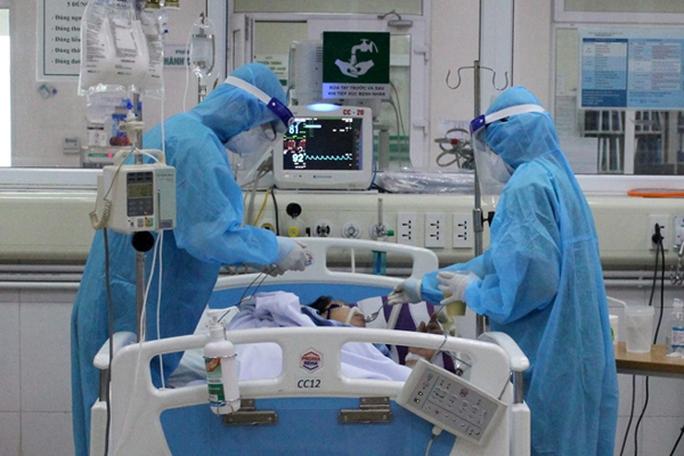 16 bệnh nhân Covid-19 nguy kịch, 1 bác sĩ phải thở oxy - Ảnh 1.