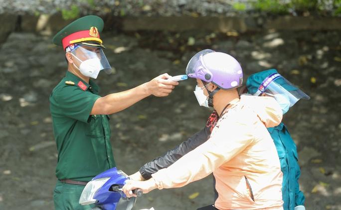 CLIP: Lập chốt giãn cách xã hội toàn huyện Việt Yên có ổ dịch Công ty Hosiden - Ảnh 6.