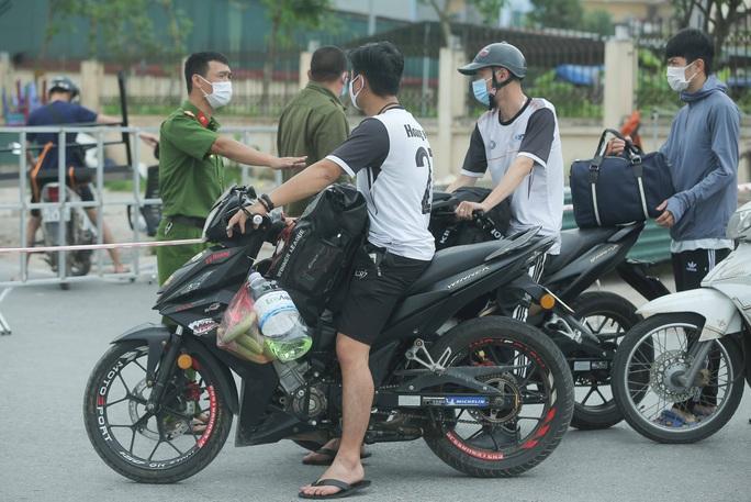 CLIP: Lập chốt giãn cách xã hội toàn huyện Việt Yên có ổ dịch Công ty Hosiden - Ảnh 10.
