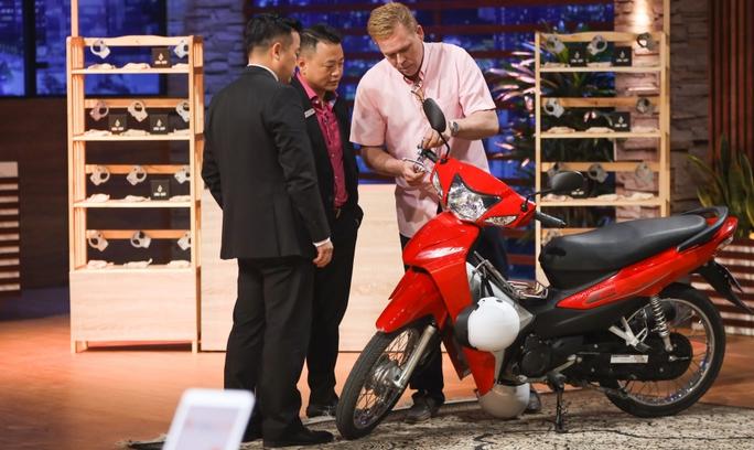 Sau ồn ào thả thính, Shark Phú đầu tư 2 tỉ đồng cho CEO người Mỹ sản xuất khoá chống trộm xe máy - Ảnh 1.