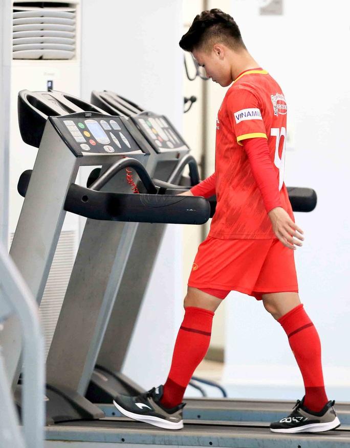 CLIP: Quang Hải được các bác sĩ hướng dẫn tập hồi phục tại phòng gym - Ảnh 2.