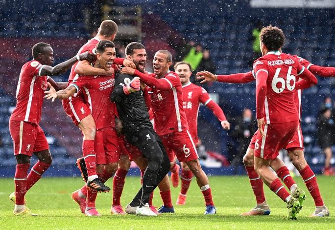 Ngỡ ngàng người nhện Alisson ghi bàn, cứu cả mùa giải Liverpool - Ảnh 8.