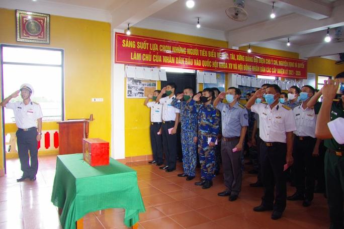 Tàu Cảnh sát biển 8002 tham gia bầu cử sớm ở Trường Sa - Ảnh 1.