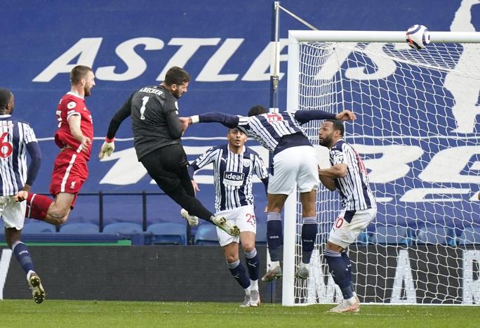 Ngỡ ngàng người nhện Alisson ghi bàn, cứu cả mùa giải Liverpool - Ảnh 5.