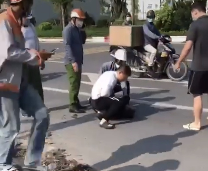 Vụ cướp taxi: Xác minh người mặc quần giống cảnh phục đứng nhìn bắt cướp - Ảnh 1.