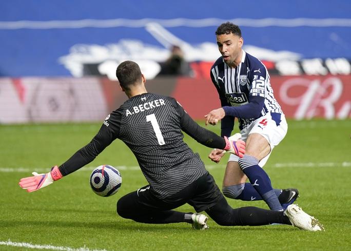 Ngỡ ngàng người nhện Alisson ghi bàn, cứu cả mùa giải Liverpool - Ảnh 2.