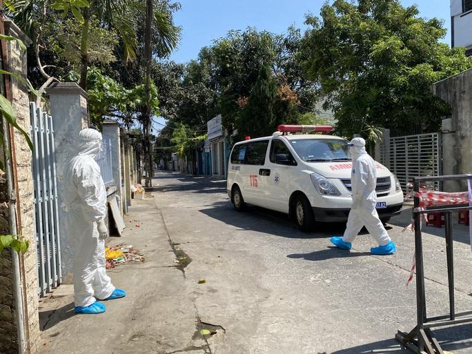 Đà Nẵng: Phong tỏa một ngân hàng, tìm người từng đến giao dịch vì ca dương tính với SARS-CoV - Ảnh 1.