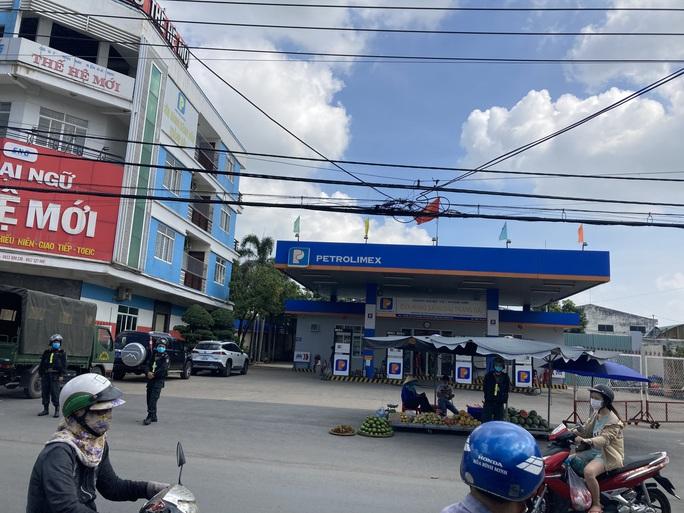 NÓNG: Công an đang bao vây, khám xét 2 địa điểm ở Biên Hoà - Ảnh 3.