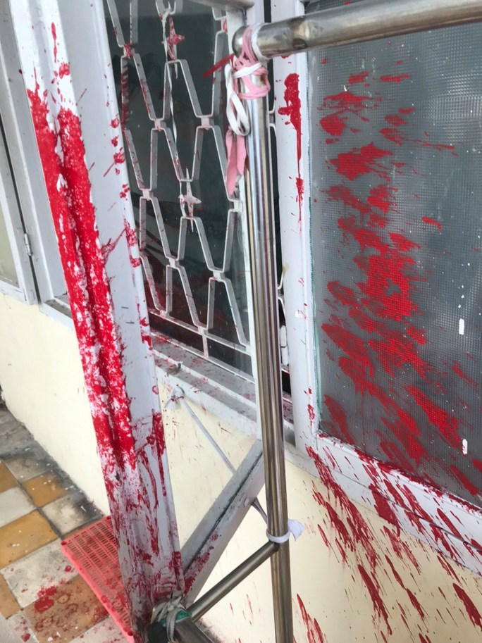 CLIP: Nam thanh niên ngang nhiên tạt sơn vào cửa sổ rồi bung chạy - Ảnh 2.