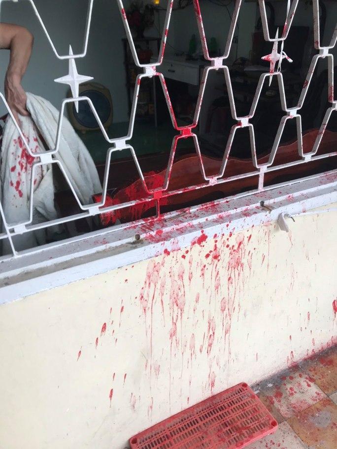 CLIP: Nam thanh niên ngang nhiên tạt sơn vào cửa sổ rồi bung chạy - Ảnh 3.