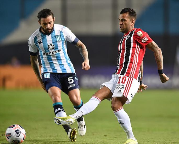 Siêu hậu vệ 38 tuổi Dani Alves trở lại đội tuyển Brazil - Ảnh 1.