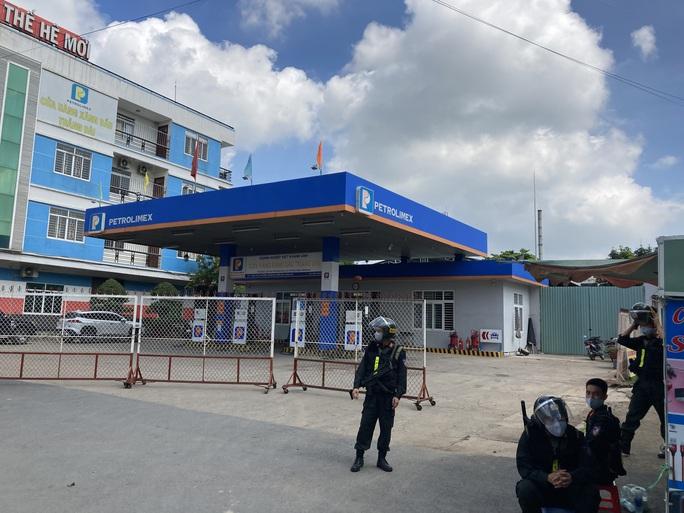 NÓNG: Công an đang bao vây, khám xét 2 địa điểm ở Biên Hoà - Ảnh 1.