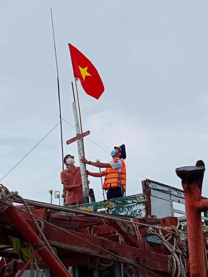 Thêm 1.000 lá cờ Tổ quốc đến với ngư dân Phú Quốc - Ảnh 9.