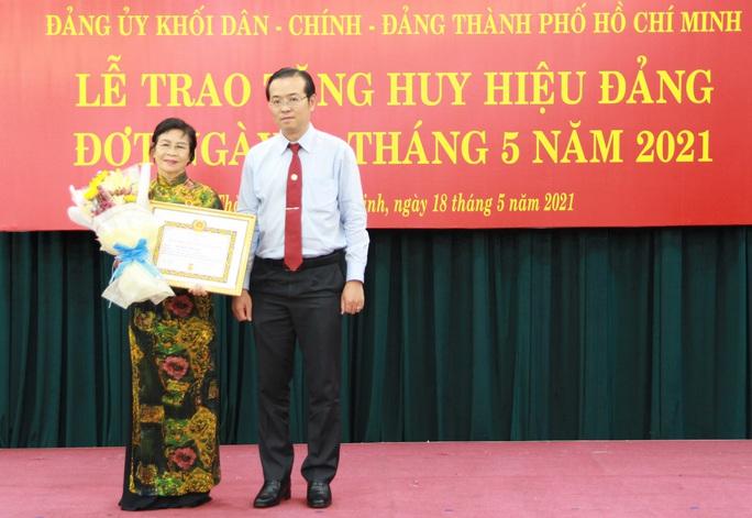 TP HCM trao Huy hiệu Đảng cho 14 đảng viên  - Ảnh 2.