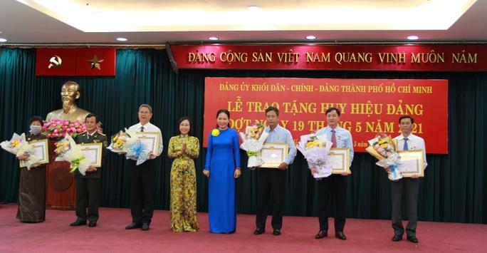 TP HCM trao Huy hiệu Đảng cho 14 đảng viên  - Ảnh 4.