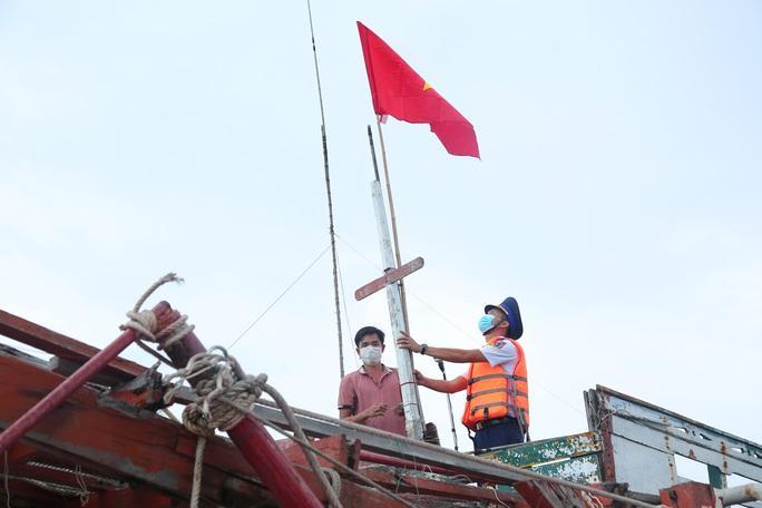 Thêm 1.000 lá cờ Tổ quốc đến với ngư dân Phú Quốc - Ảnh 10.
