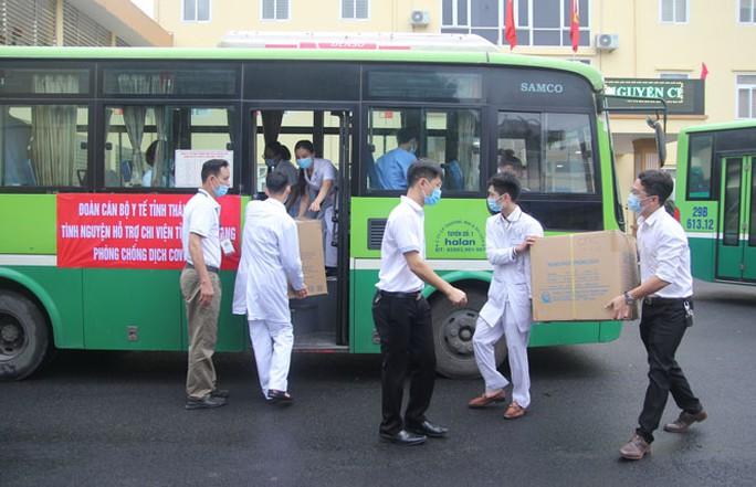 Thái Nguyên chi viện bác sĩ, xe cứu thương cho Bắc Giang chống dịch Covid-19 - Ảnh 1.