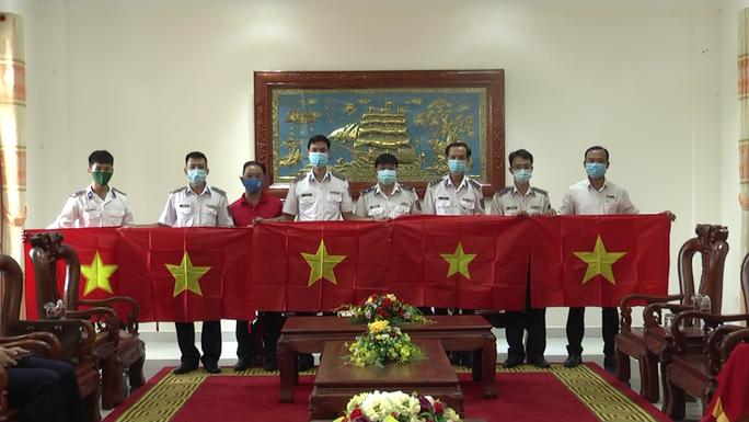 Thêm 1.000 lá cờ Tổ quốc đến với ngư dân Phú Quốc - Ảnh 4.
