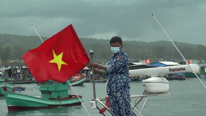 Thêm 1.000 lá cờ Tổ quốc đến với ngư dân Phú Quốc - Ảnh 11.