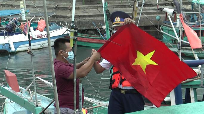 Thêm 1.000 lá cờ Tổ quốc đến với ngư dân Phú Quốc - Ảnh 6.