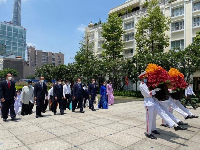Chủ tịch nước cùng lãnh đạo TP HCM dâng hoa, dâng hương Chủ tịch Hồ Chí Minh - Ảnh 2.