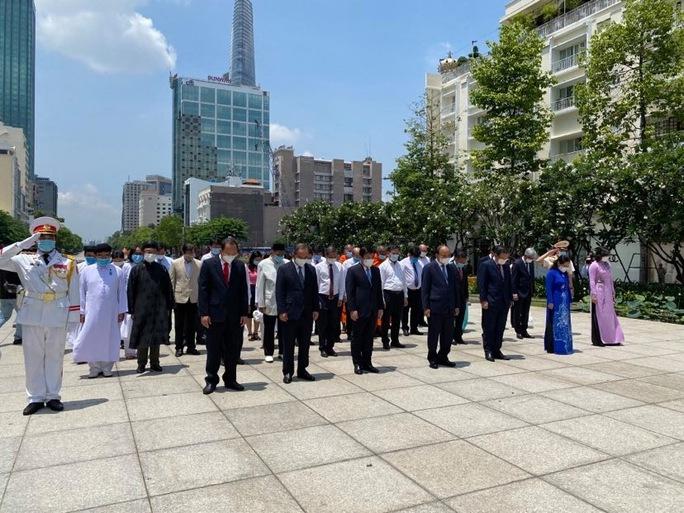 Chủ tịch nước cùng lãnh đạo TP HCM dâng hoa, dâng hương Chủ tịch Hồ Chí Minh - Ảnh 3.