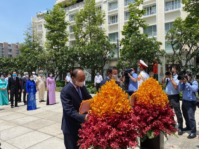 Chủ tịch nước cùng lãnh đạo TP HCM dâng hoa, dâng hương Chủ tịch Hồ Chí Minh - Ảnh 4.