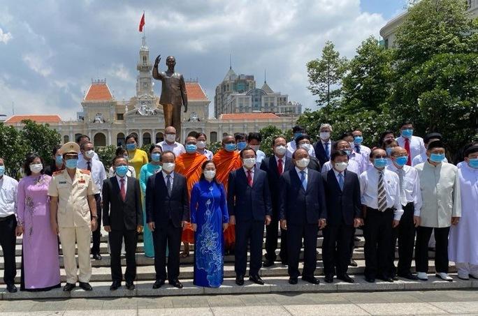 Chủ tịch nước cùng lãnh đạo TP HCM dâng hoa, dâng hương Chủ tịch Hồ Chí Minh - Ảnh 5.