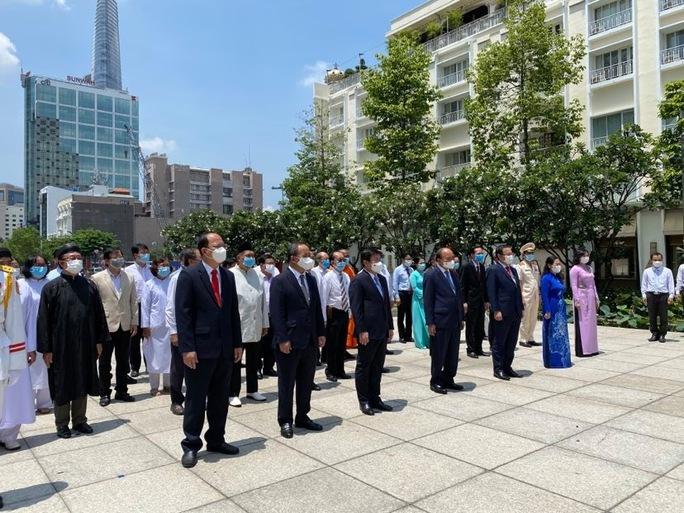 Chủ tịch nước cùng lãnh đạo TP HCM dâng hoa, dâng hương Chủ tịch Hồ Chí Minh - Ảnh 6.