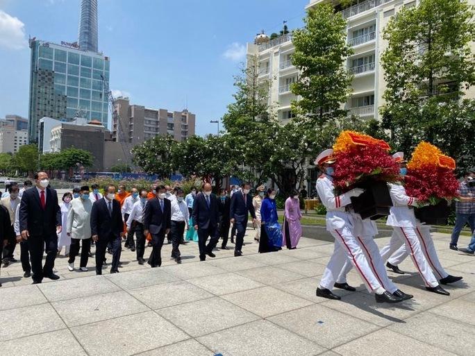 Chủ tịch nước cùng lãnh đạo TP HCM dâng hoa, dâng hương Chủ tịch Hồ Chí Minh - Ảnh 1.